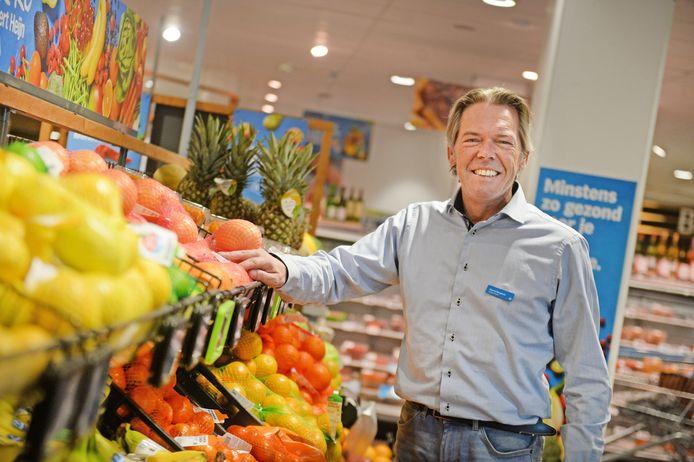 Marcel Berghuis doet er alles aan het virus buiten de supermarkt te houden.