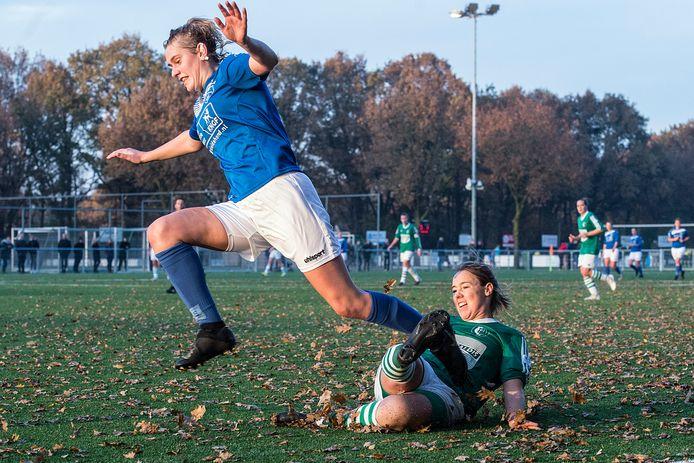 DSE-speelster Roos Hop (links) scoorde de 4-2 tegen Witkampers. (archieffoto)