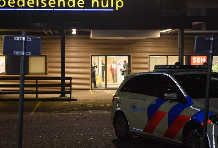 Politie bij het Slingeland Ziekenhuis in Doetinchem.