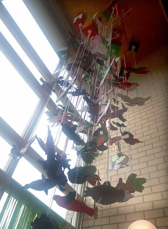 Kunstwerk in trappenhuis door leerlingen gemaakt voor 5-jarig jubileum van basisschool De Wending. Foto Alfred de Bruin