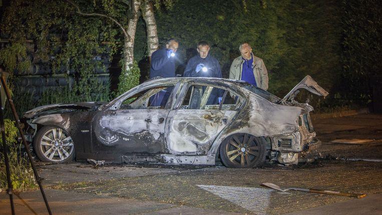 Rechercheurs bij de auto die werd gebruikt bij de liquidatie van Gwenette Martha, in mei vorig jaar. De auto werd volgens justitie gestolen door de bende Rotterdamse autodieven. Beeld Amaury Miller