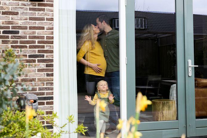 De hoogzwangere  Daphne, vader Joeri en dochter Vayenn.