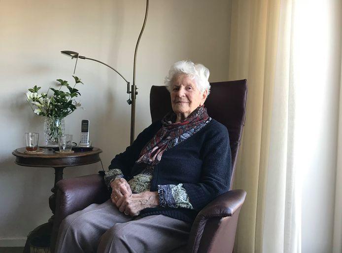 Lien (90), de oma van verslaggever Stefan Keukenkamp, krijgt de komende weken nauwelijks nog bezoek vanwege corona.