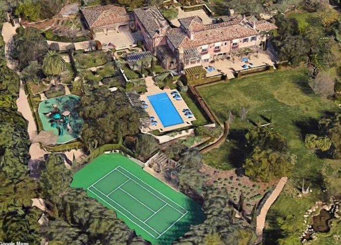 La propriété comporte un court de tennis et une grande piscine.