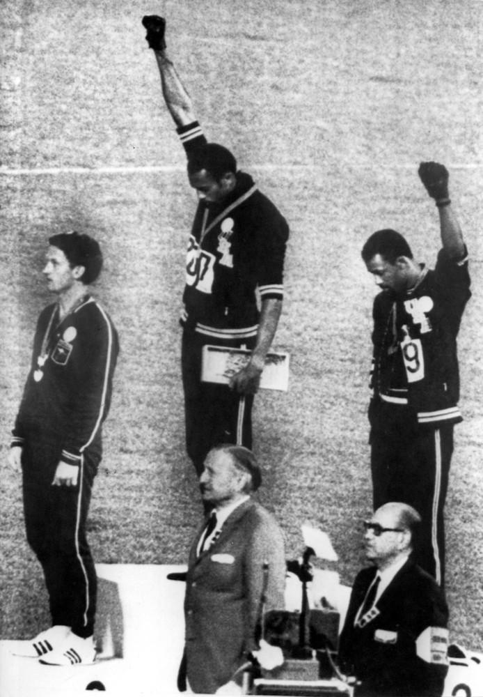 Tommie Smith en John Carlos (goud en zilver op de 200 meter) brengen de Black Power groet tijdens de huldiging , Mexico Stad 17 oktober 1968.