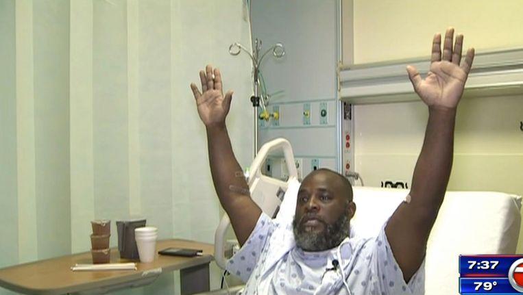 Charles Kinsey doet in het ziekenhuis voor hoe hij zijn handen in de lucht hield terwijl hij werd neergeschoten Beeld ap