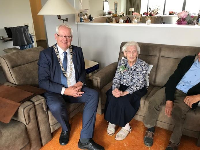 Mevrouw Engels kreeg bezoek van burgemeester Govert Veldhuijzen.