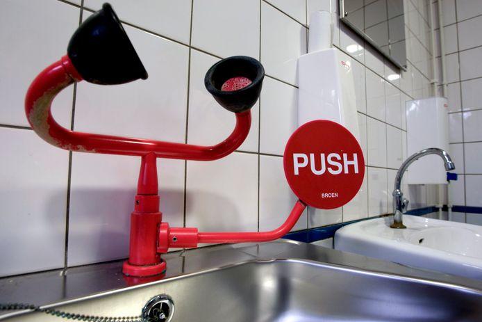 Speciale wastafel met nappen om pepperspray uit de ogen te spoelen. Bij een incident eind vorig jaar zou een Bosschenaar dol zijn geworden door pepperspray.