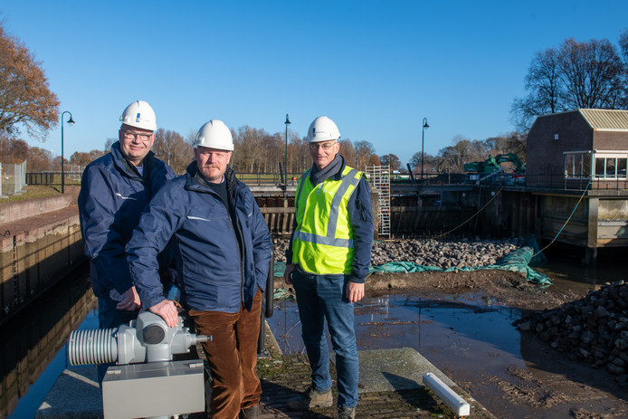Stuw de Haandrik ondergaat een grote herstelbeurt. Van links naar rechts stuwbeheerder/bediende Gerrit van Munster, uitvoerder Ernst Slot en projectleider Henk Brink.