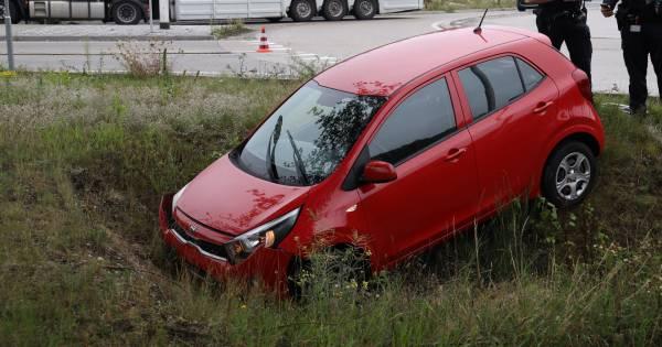 Twee autos belanden in berm na ongeluk op rotonde in Reek.