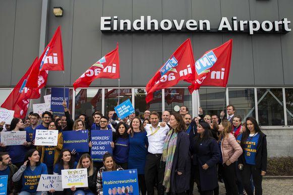 Cabinepersoneel en piloten van Ryanair staakten vorig jaar op het vliegveld van Eindhoven.