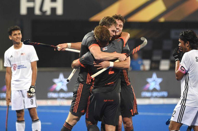 Mirco Pruyser, Robbert Kemperman en Jeroen Hertzberger vieren een goal in de wedstrijd tegen Maleisie tijdens het WK Hockey 2018 in India.  Beeld ANP