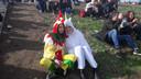 Nee hoor. Vito uit Zeeland en Paula uit Bergen op Zoom hebben geen weddenschap verloren. Ze hadden gewoon zin om in een pak naar Appelpop te komen.