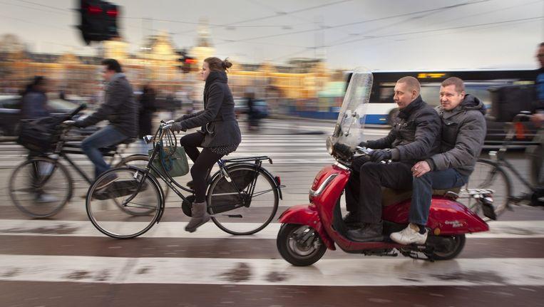 In sommige straten in West wordt de snorscooter al naar de rijweg verbannen. Beeld Floris Lok