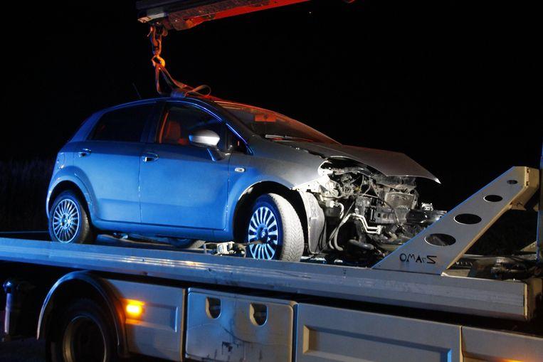 De wagen raakte door de aanrijding zwaar beschadigd.