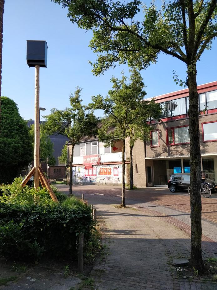 De tijdelijke nestkast in de Kerkstraat in Moergestel