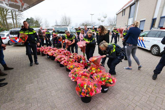 Bloemen voor de politie Eindhoven