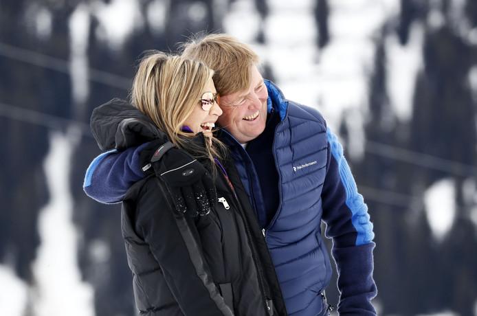 Koning Willem-Alexander en koningin Máxima poseren tijdens de jaarlijkse fotosessie in het Oostenrijkse Lech.