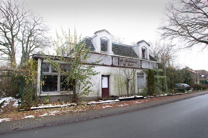 Voormalig café De Bok in Hall, waarachter Hall Bouwt 12 nieuwe starterswoningen mag neerzetten.