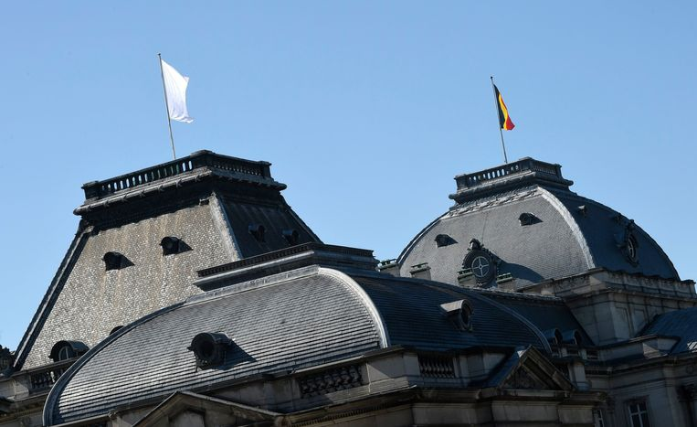 Het paleis hijst witte vlag.