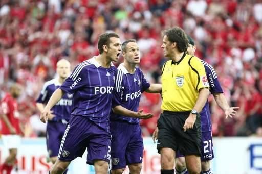 Les joueurs anderlechtois ont vivement contesté le penalty sifflé par Mr Allaerts.