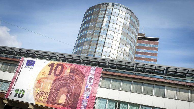 Een banner met een beeltenis van het nieuwe biljet van tien euro aan de gevel van De Nederlandse Bank. Beeld anp