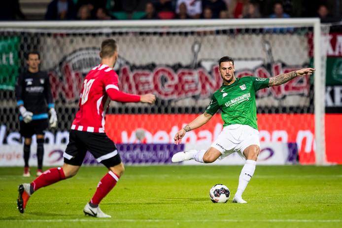 NEC'er Mathias Bossaerts (rechts) in actie tegen Jong PSV.
