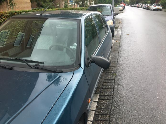 Een van de beschadigde auto's