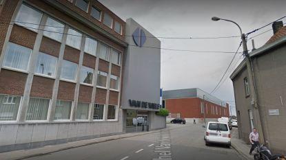 Arbeidster belandt met hoofd onder machine en ontsnapt aan de dood: machinefabrikant riskeert 21.600 euro boete