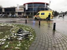 Fietser ernstig gewond na aanrijding met lesauto in Oldenzaal