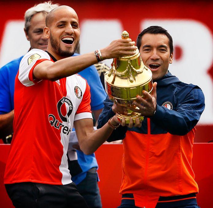 Karim El Ahmadi en Giovanni van Bronckhorst met de KNVB-beker in 2018.