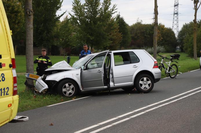 De auto botste door onbekende oorzaak tegen een boom langs de Rivierenlandlaan in Tiel.