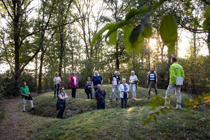 Mantelzorgers verzamelen zich bij de grafheuvels voor de IVN-wandeling.