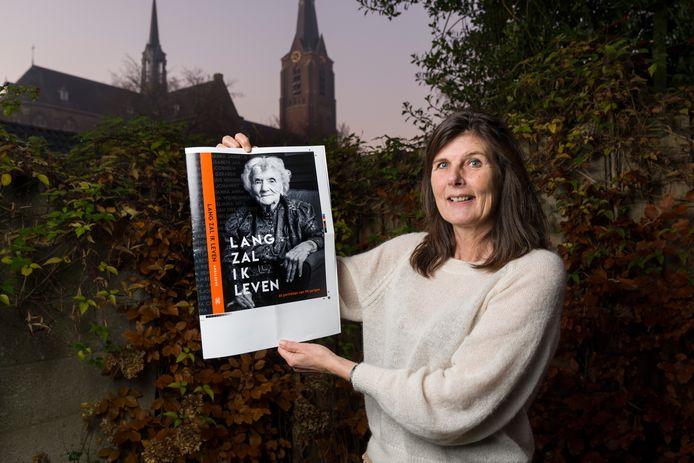 Anki Leene heeft 66 99-jarigen op de foto gezet en geïnterviewd. De portretten komen in het boek 'Lang zal ik leven'.