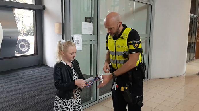 Jinte komt op het politiebureau Zwolle een kaartje brengen voor de zieke Eva (2). Ze is verre van de enige.