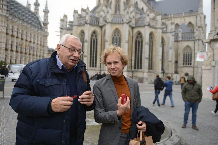 Schepen Thomas Van Oppens (Groen) trekt ten strijde tegen de sigarettenpeuk en deelt 1.000 zakasbakjes uit. Hier op foto met roker Paul.