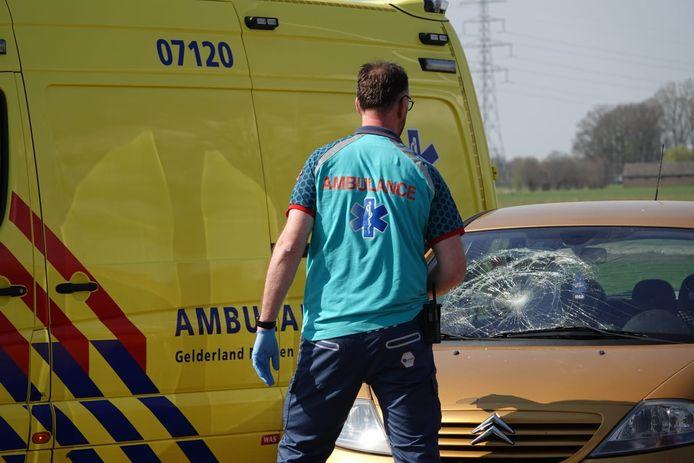 De fietser botste mogelijk tegen de voorruit van de auto in Lunteren.