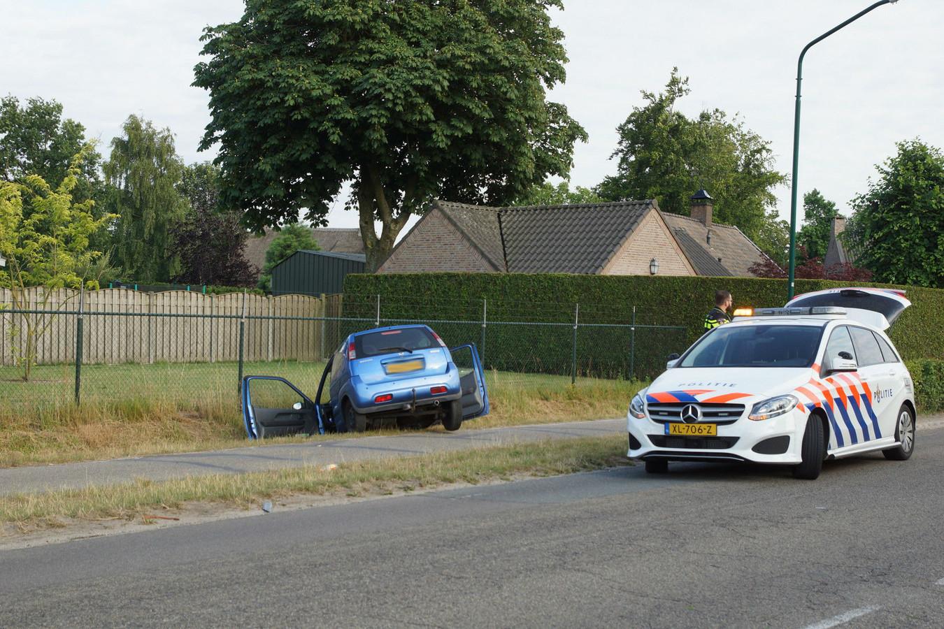 Automobiliste rijdt met auto de in sloot in Kaatsheuvel