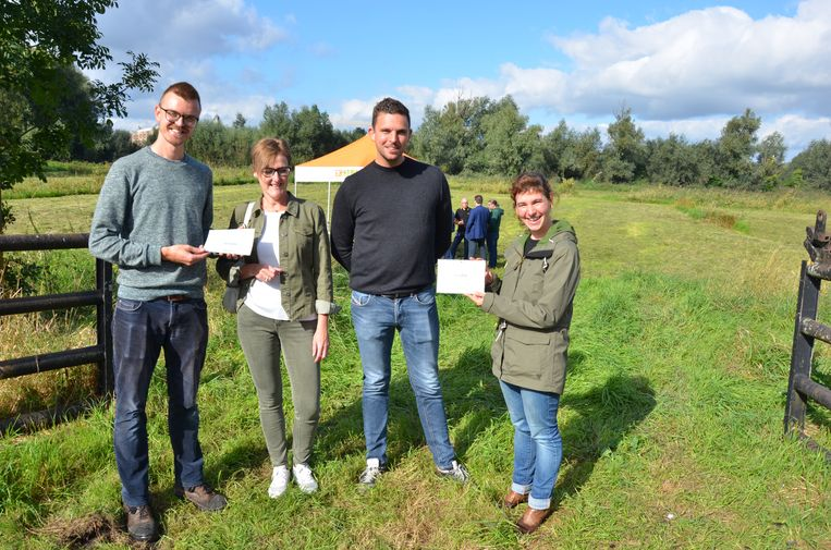 Veronique Vertonghen van Reizen De Strycker en Andreas Foriers van Creafor ontvangen een certificaat van vzw Durme voor de steun van hun bedrijf aan de crowdfundingactie.