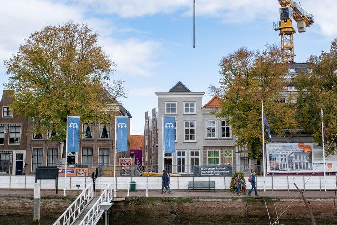 De winterlinde pal voor de ingang van de straat naast Mondragon moest wijken voor het afvoeren van de grote torenkraan achter het nieuwbouwcomplex aan de Oude Haven in Zierikzee.
