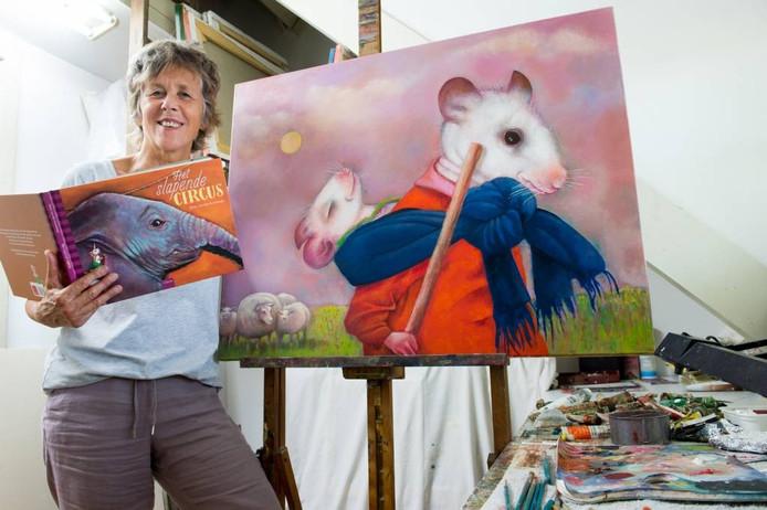 Hetty van Goorbergh staat bij het schilderij dat eigenlijk bedoeld was voor de slaapkamer van haar kleinzoon. Het leidde uiteindelijk tot het prentenboek 'Het slapende circus'.