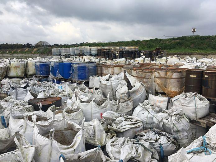 De bigbags met afval van Bruekers in Sterksel