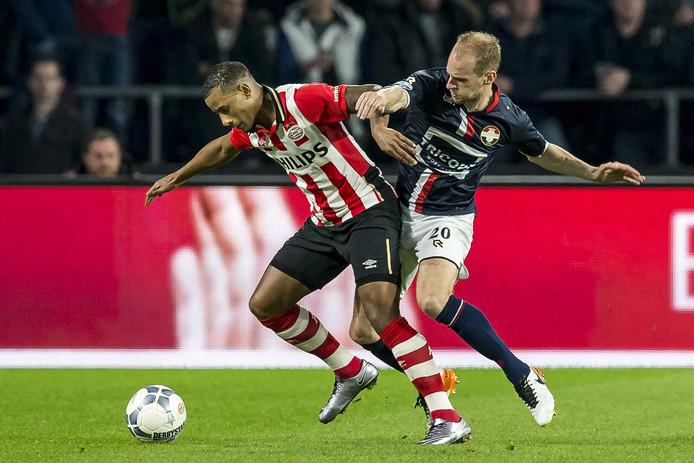 Archieffoto van Frank van der Struijk (rechts) in actie tegen PSV-speler Luciano Narsingh
