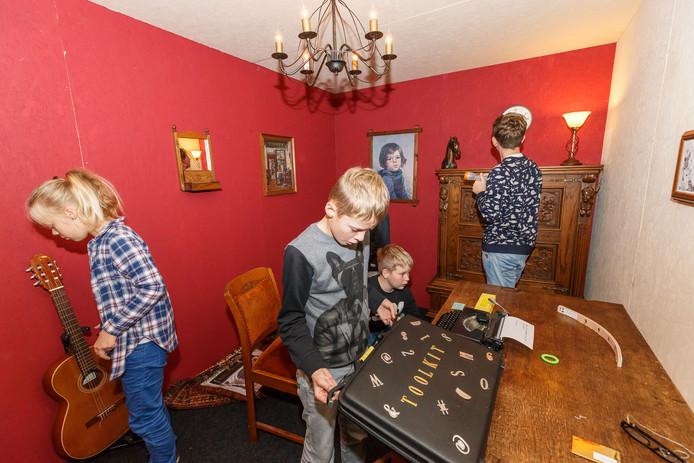 Kinderen hebben 25 minuten de tijd om te ontsnappen uit de griezelige escaperoom in bibliotheek de Stadkamer door het oplossen van puzzeltjes.