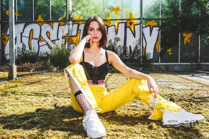 Een fotomodel showt de nieuwe urban streetware-modelijn van Yildiz van den Elzen.
