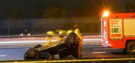 Auto belandt ondersteboven op A12, bestuurder gewond naar het ziekenhuis