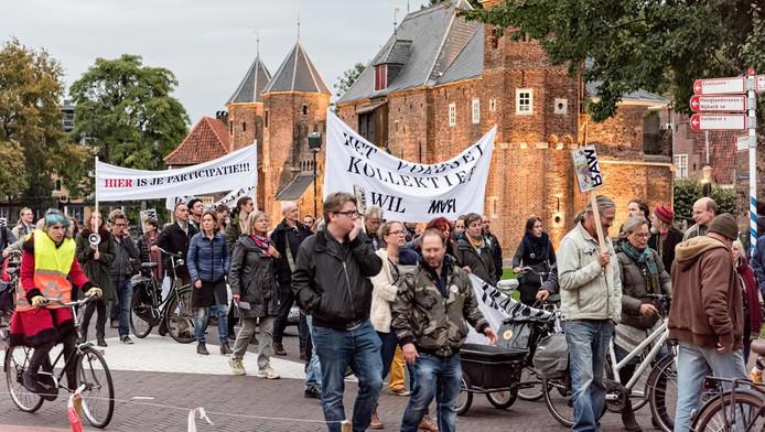 Een protestmars van de War naar het gemeentehuis.