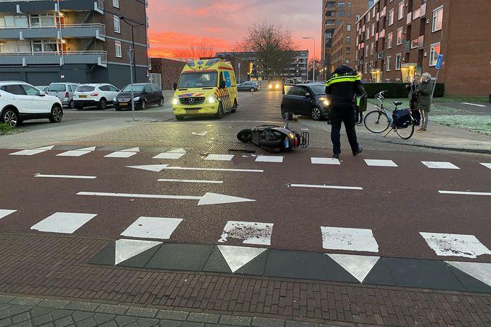 Op de Karel de Grotelaan ter hoogte van winkelcentrum Keizerslanden is een vrouw op een snorscooter aangereden door een automobilist.