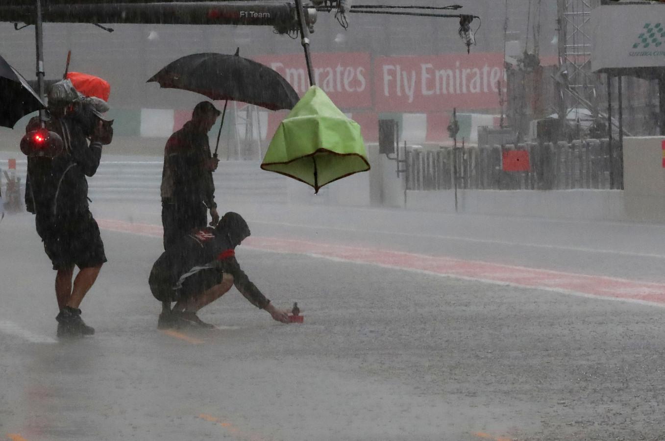 In 2017 kwam de regen met bakken uit de lucht in Suzuka. Reden voor de mecaniciens om papieren bootjes over het circuit te laten varen.