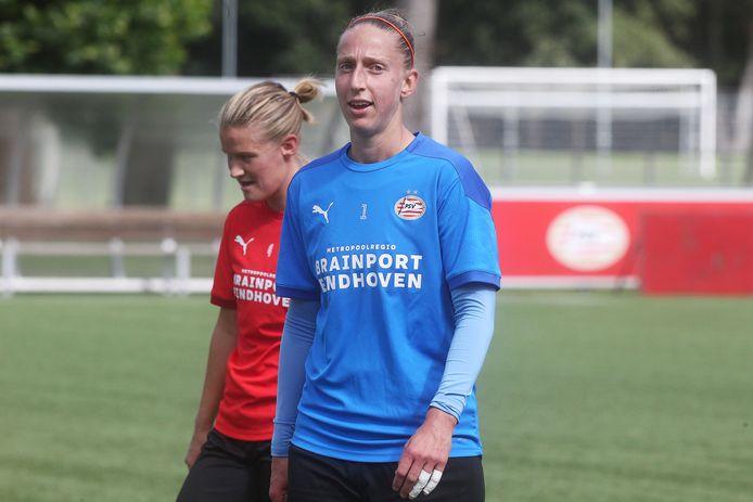 Sari van Veenendaal bij de eerste veldtraining van PSV.